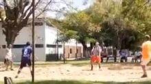 Dibre com as mãos? Ronaldinho se destaca em partida de vôlei em prisão no Paraguai