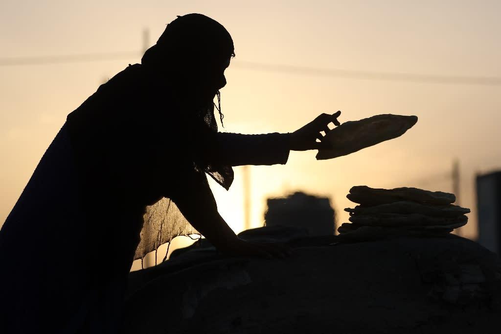 A displaced Iraqi woman bakes bread at Khazir camp between Arbil and Mosul, on June 6, 2017 (AFP Photo/KARIM SAHIB)