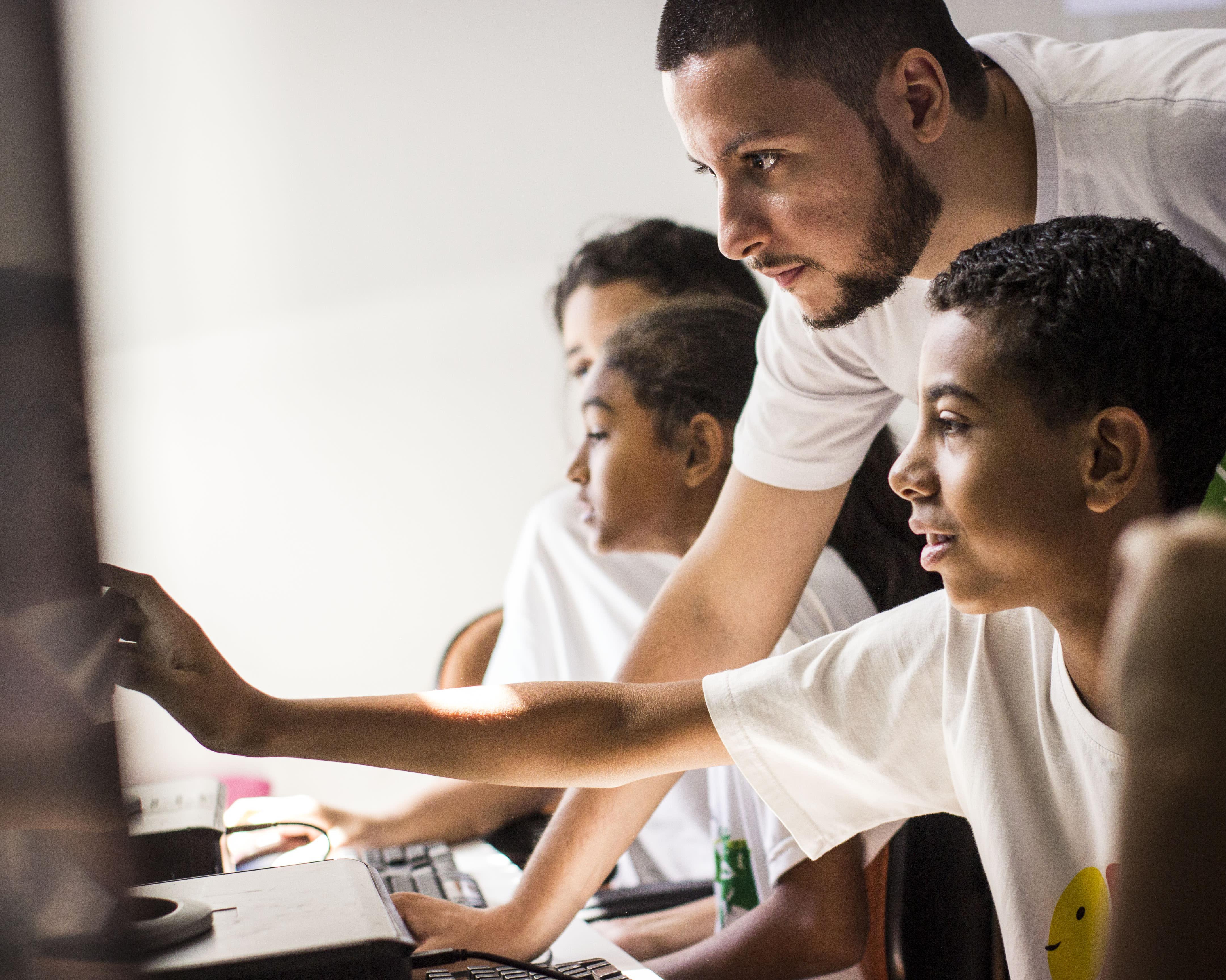 Projeto ensina programação para jovens de periferia