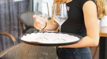 Kellnerin serviert zwei Gläser Wasser – und bekommt unglaubliches Trinkgeld