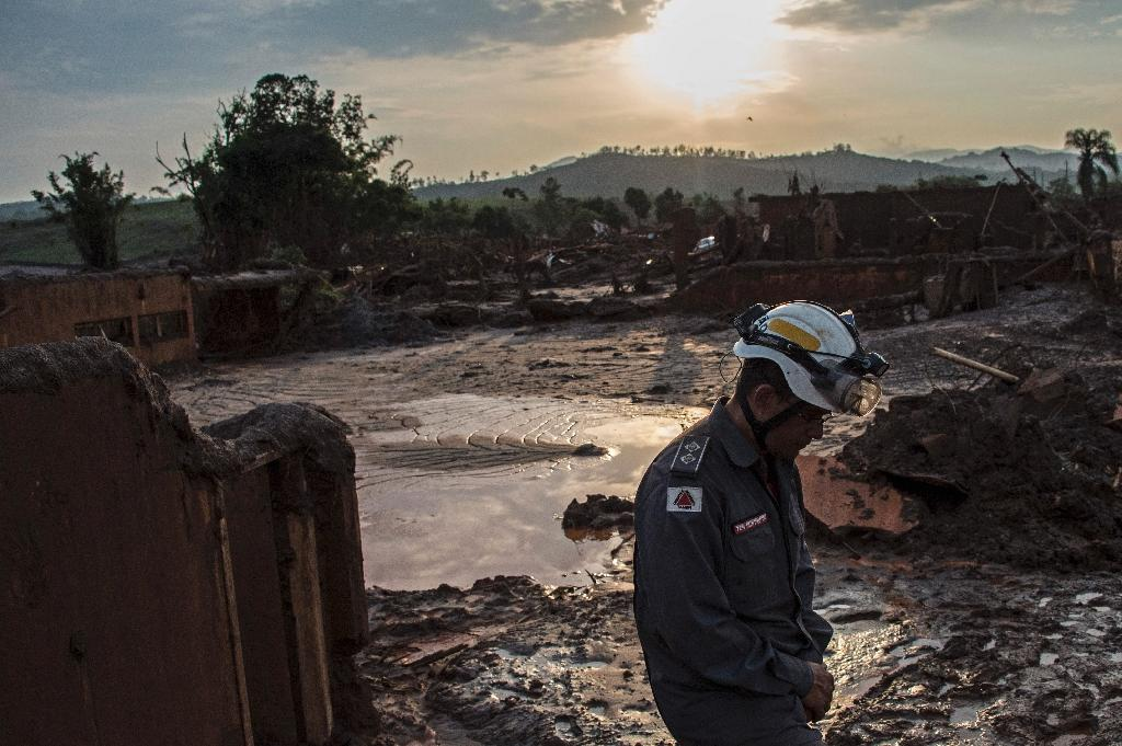 A firefighter walks in the mud in Bento Rodrigues, three days after an avalanche of mud and mining sludge buried the town in southeastern Brazil, on November 8, 2015 (AFP Photo/Chirstophe Simon)