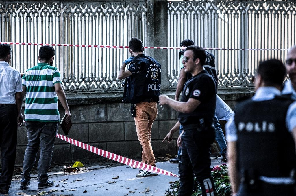 Turkish forensic officers work at the site where shots were fired at police officers outside Dolmabahce Palace in Istanbul on August 19, 2015 (AFP Photo/Ozan Kose)