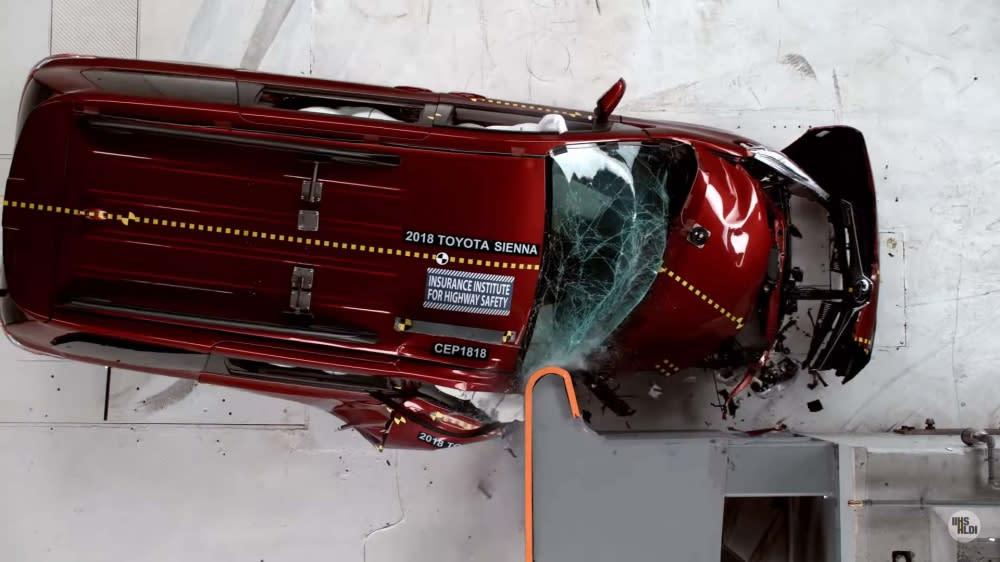 在這項測試過程中,Toyota Sienna當副駕駛座有乘客情況下,若發生碰撞很可能被入侵的外物傷到(圖片來源:https://www.youtube.com/watch?v=Ec7HimSSAXM)