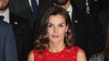 """Letizia Ortiz sorprende con un """"vestidazo"""" de encaje rojo"""