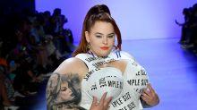 """Plus-Size Model Tess Holiday trägt bei der New York Fashion Week ein """"Mustergrößen""""-Kleid"""