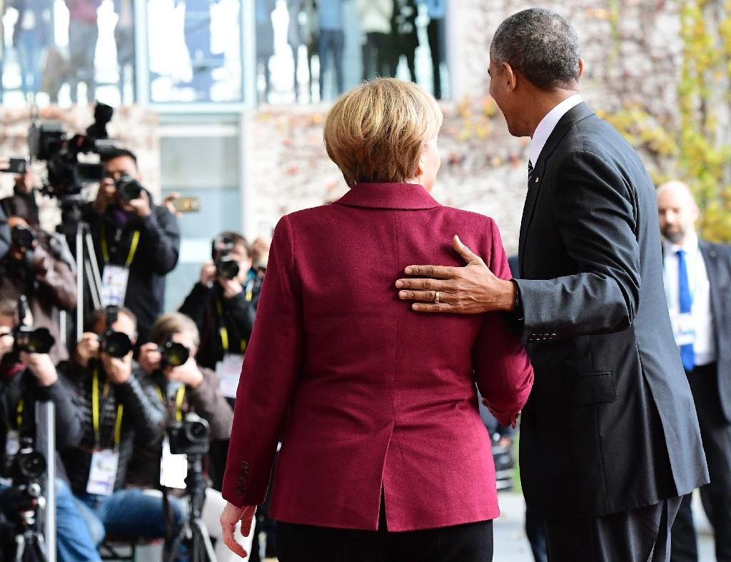 German Chancellor Angela Merkel greets US President Barack Obama in Berlin on November 18, 2016 (AFP Photo/Tobias Schwarz)