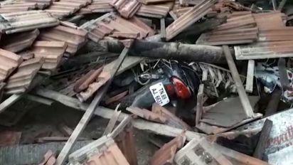 Massive cyclone kills 33 people in India