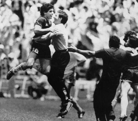 Imagen de archivo. El astro argentino Diego Armando Maradonna salta fuera del campo para celebrar un triunfo en cuartos de finales en la última Copa del Mundo disputada en México. Estadio Azteca, Ciudad de México.