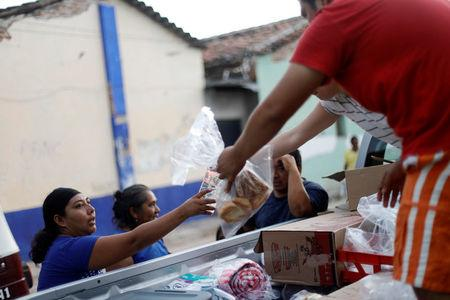 People receive food donations after an earthquake that struck on the southern coast of Mexico late on Thursday, in Juchitan, Mexico, September 9, 2017. REUTERS/Edgard Garrido