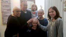 Irmãs raspam a cabeça para apoiar mãe com câncer