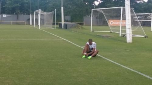 Depois de 6 meses, Luiz Felipe treina com chuteira no CT Rei Pelé