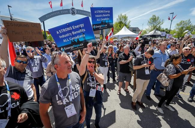 Thousands hear anti-Ottawa messages at pro-pipeline rally in Calgary