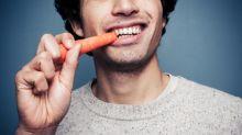 Por qué deberías dejar de masticar sólo por un lado