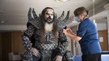 Monstermäßige Impfung: Lordi-Sänger lässt sich impfen