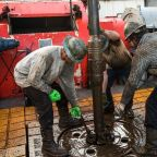 Oil prices finish higher to score a 4th-straight monthly gain