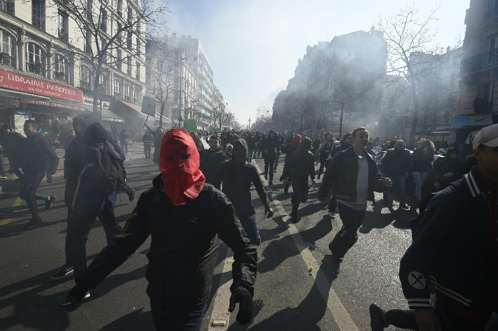High school students march during a protest opposing the government's planned Law reform on March 17, 2016 on Rue du Faubourg Saint-Antoine near Place de la Nation in eastern Paris (AFP Photo/Eric Feferberg)