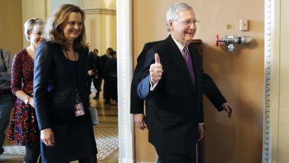 Acaba cierre gubernamental después de que demócratas ceden
