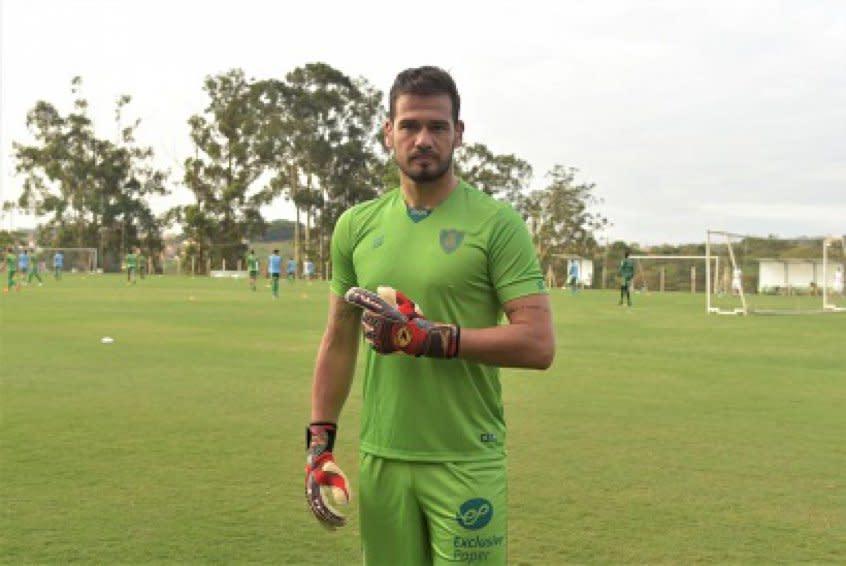 América-MG renova até o fim do ano com o goleiro Matheus Cavichioli