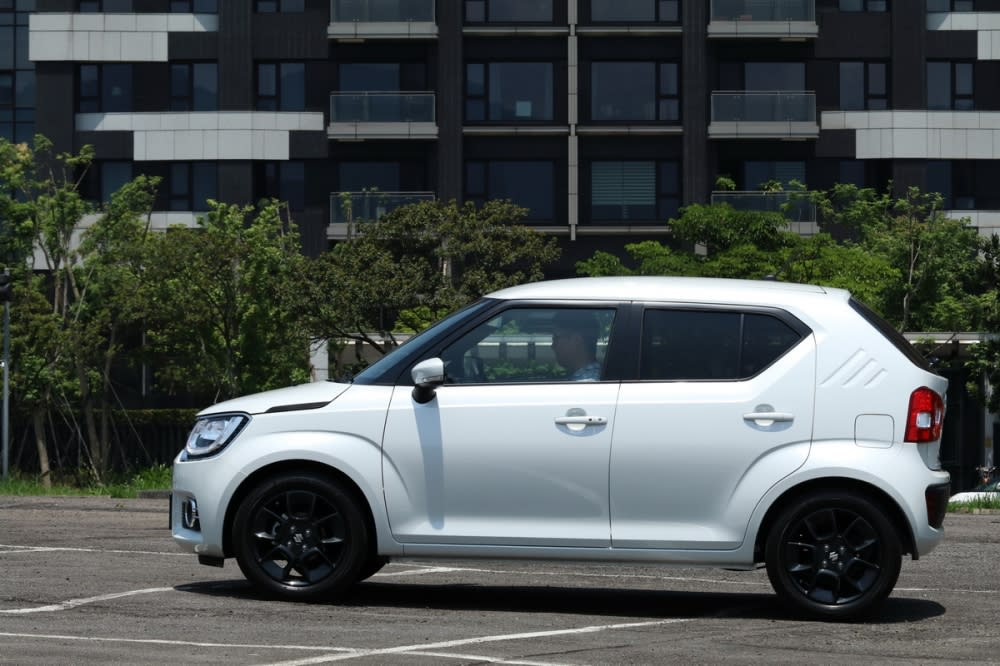 短截車身佈局下,Ignis擁有3700×1660×1595mm的車身尺碼、軸距為2435mm