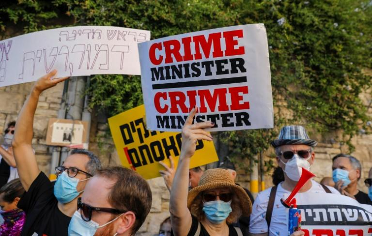 Israeli protesters, wearing face masks, rally outside Prime Minister Benjamin Netanyahu's official Jerusalem residence to protest against what they say is his government's handling of the coronavirus pandemic and its effects on the economy (AFP Photo/AHMAD GHARABLI)