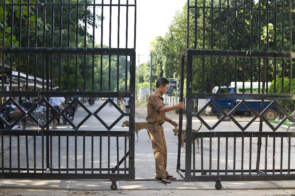 A Myanmar security guard closes a gate leading to the Insein prison in Yangon (AFP Photo/Ye Aung Thu)