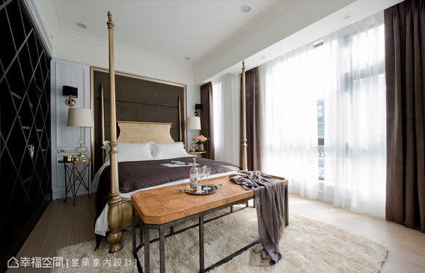 主臥室在色調與設計上,以較時尚美式都會風陳設,精緻的四柱床與菱形櫃提升空間的奢華精緻感。