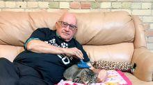 Internet lo ama... Terry, el voluntario que toma siestas diarias con gatos abandonados
