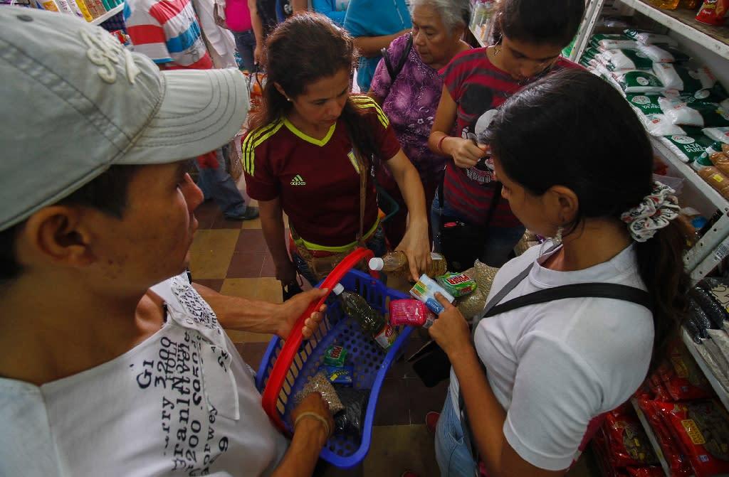 Venezuelans shop for groceries at a supermarket in Cucuta, Norte de Santander department, Colombia on July 10, 2016 (AFP Photo/Schneyder Mendoza)