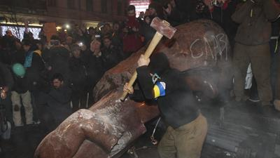 Raw: Protesters in Kiev Topple Lenin Statue