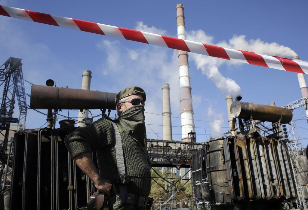 Firefighters extinguish a fire on September 19, 2014 at the Lugansk power station in the eastern Ukrainian town of Scshastya (AFP Photo/Anatolii Stepanov)