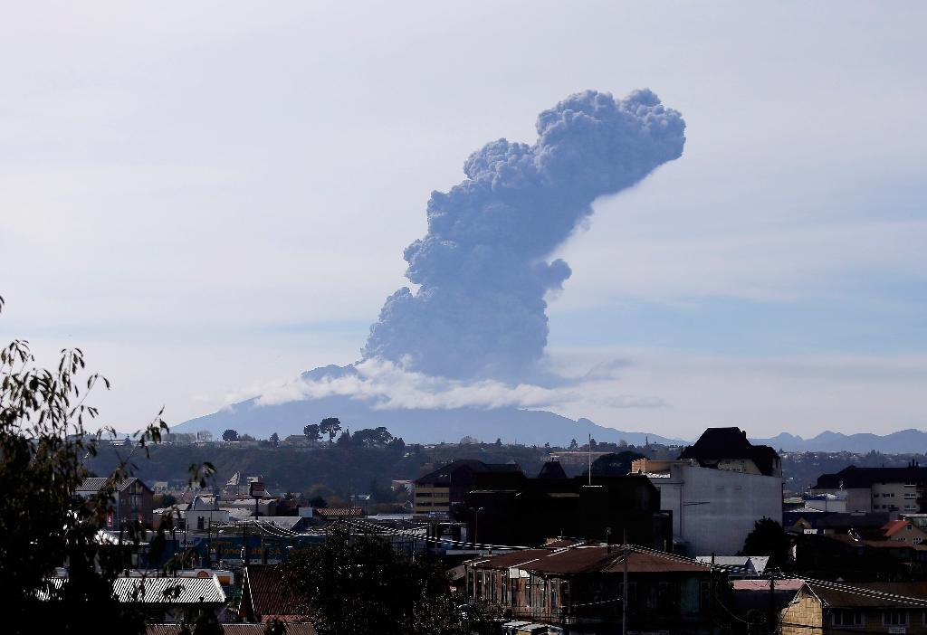 A view of the Calbuco volcano from Puerto Montt, southern Chile, on April 30, 2015 (AFP Photo/Carlos Vera)