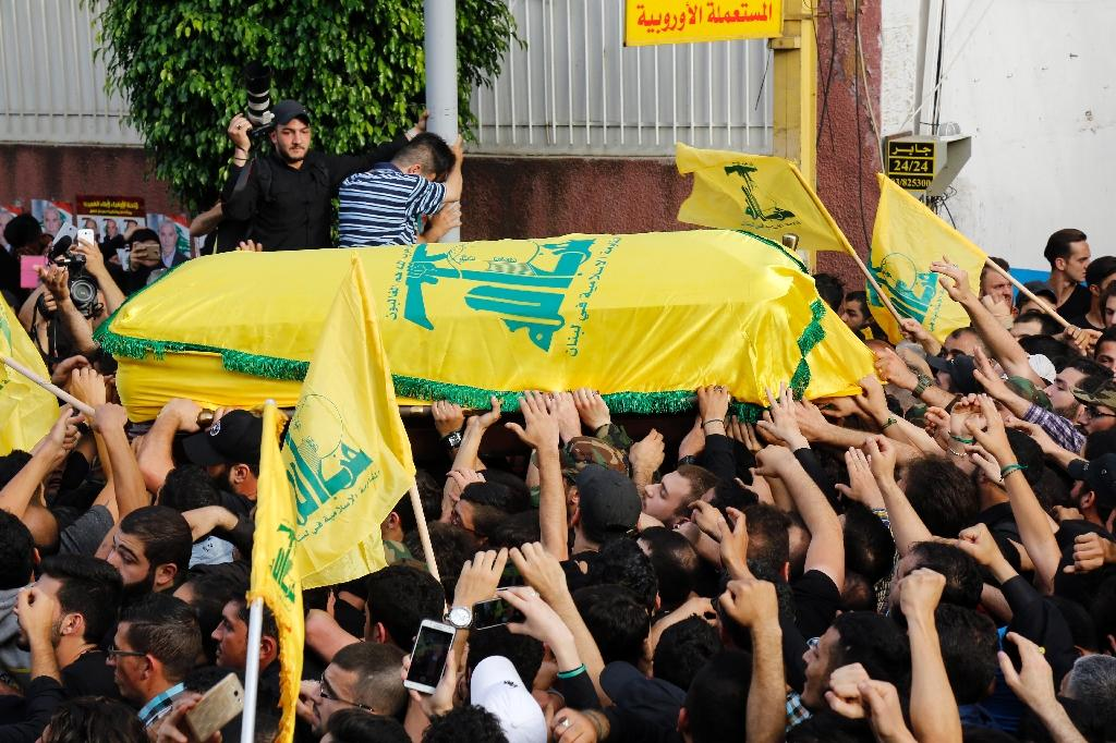 Hezbollah supporters carry the coffin of top Hezbollah commander Mustafa Badreddine who was killed in an attack in Beirut on May 13, 2016 (AFP Photo/Anwar Amro)