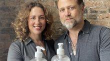 """Paar gründet zu Corona-Beginn Firma für Hand-Desinfektionsmittel und soll """" über 33 Mio. Euro"""" verdient haben"""