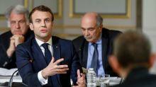 """Face aux intellectuels, Macron ferme sur les """"gilets jaunes"""" et ses réformes"""