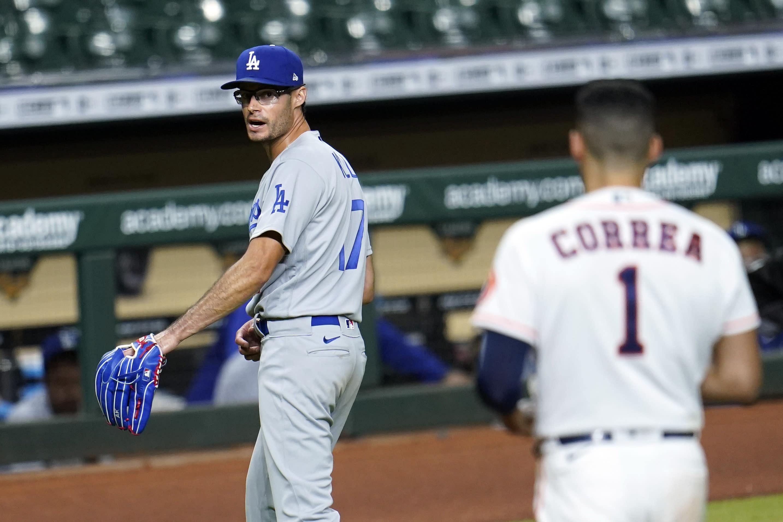Joe Kelly, de los Dodgers de Los Ángeles, discute con el puertorriqueño Carlos Correa, de los Astros de Houston, el martes 28 de julio de 2020 (AP Foto/David J. Phillip)