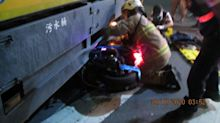 直行機車撞右轉環保車 騎士卡車底安全帽護頭保命