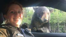 Tierisches Duo: Polizistin postet Selfie mit fotogenem Bären