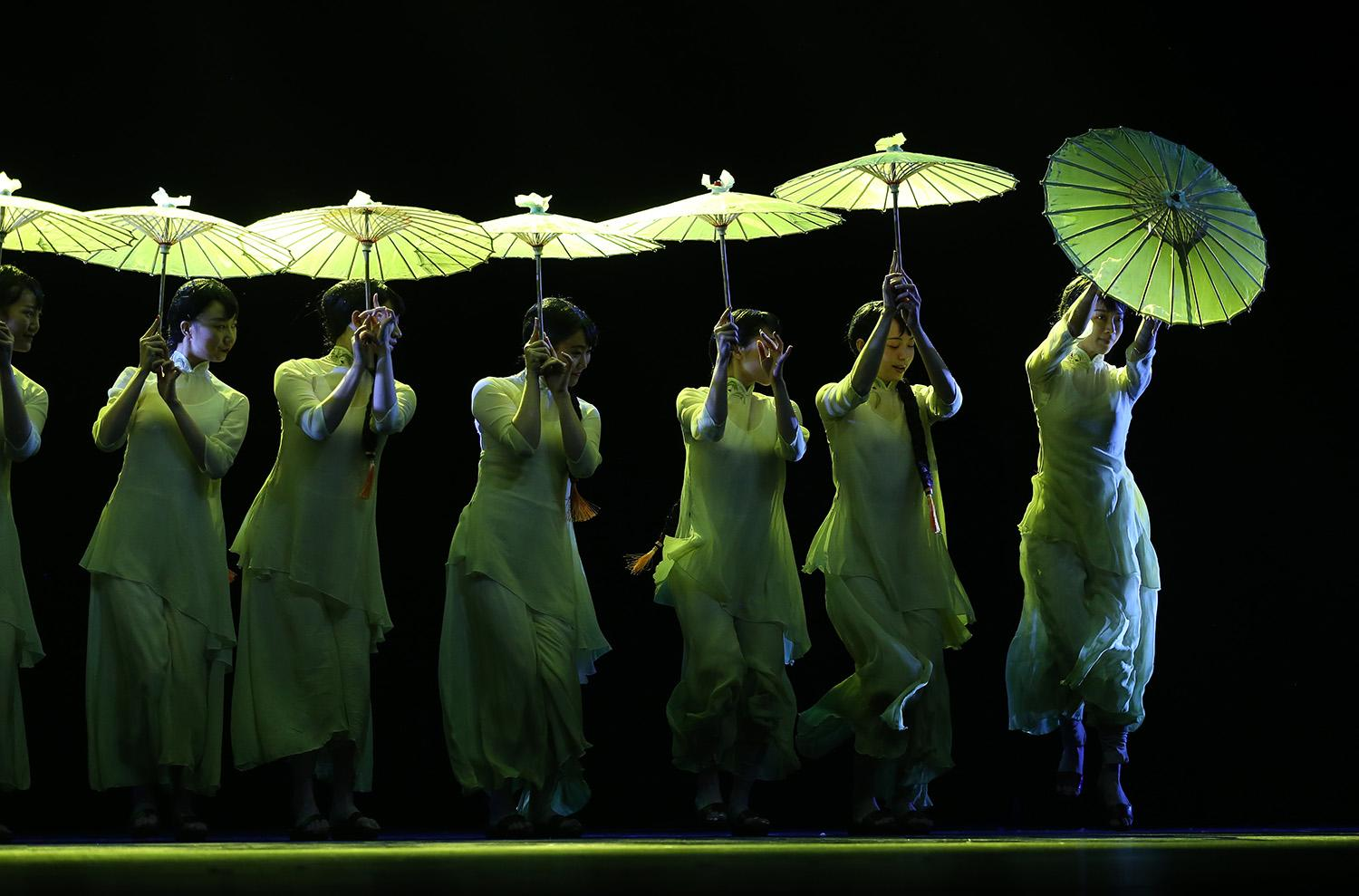 <p>Chinese dancers perform during a rehearsal of 'Chinese Dance: Maestros & Classics', the closing performance of the 'NCPA Dance Festival 2016 at the National Centre for the Perfoming Arts (NCPA) Theatre in Beijing, China, Dec. 11, 2016. (Photo: HOW HWEE YOUNG/EPA) </p>
