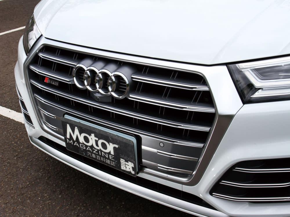 S車型專屬的水箱護罩,運用粗壯的線條搭配鈦灰霧面鋁合金材質。