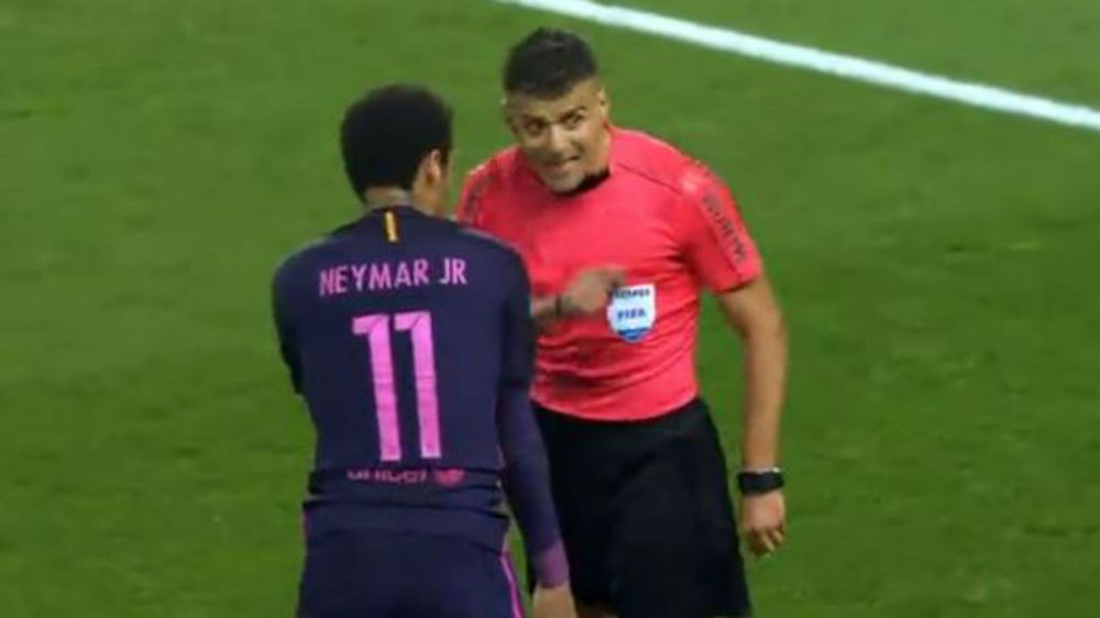 """Neymar se quiso """"robar"""" unos metros y vio la amarilla"""