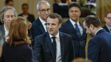 En dépit des turbulences, Macron poursuit le grand débat avec des intellectuels