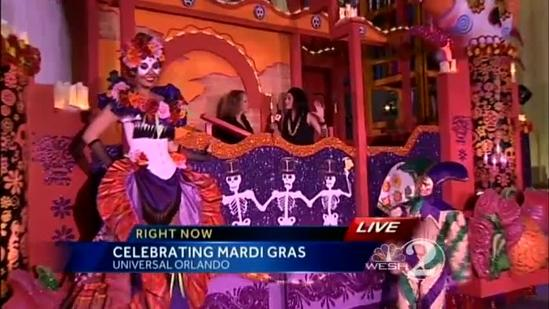 How to throw Mardi Gras beads properly at Universal