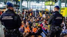 La Policía desaloja a cientos de activistas climáticos del aeropuerto de Ámsterdam