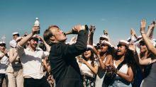 """""""Drunk"""": la nouvelle affiche du film avec Mads Mikkelsen tourne en dérision le reconfinement"""