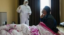 Más de 560 muertos por el nuevo coronavirus en China, donde empiezan a faltar las camas