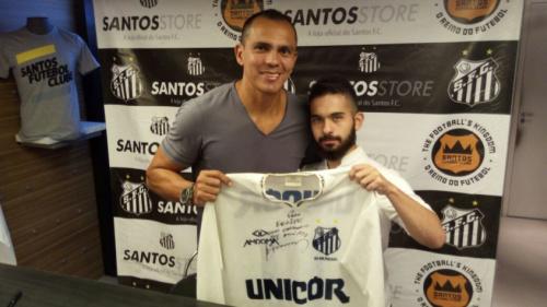 """Giovanni recebe torcida em loja do clube e palpita: """"3 a 1 para o Santos"""""""