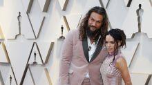 Jason Momoa y Lisa Bonet homenajean a Karl Lagerfeld en los Oscars con sus looks de color rosa