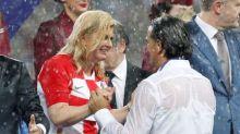 Encharcada, mas sorridente, presidente da Croácia conquista fãs na Copa