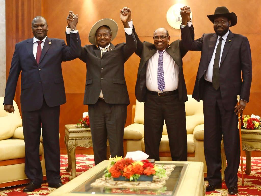 From left to right, South Sudan opposition leader Riek Machar, Ugandan President Yoweri Museveni, Sudanese President Omar al-Bashir and South Sudanese President Salva Kiir at peace talks in khartoum (AFP Photo/ASHRAF SHAZLY)