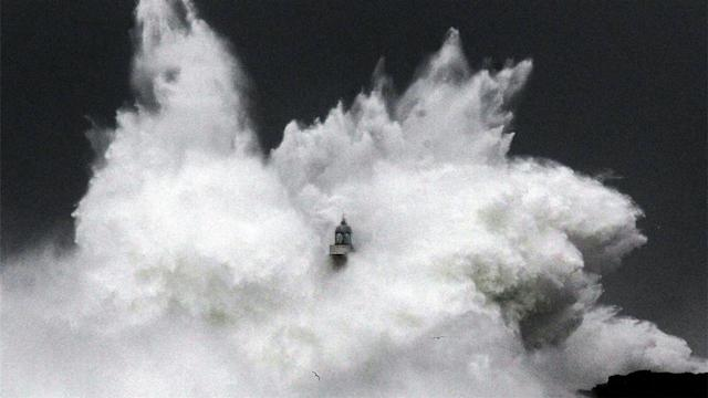 Photos of the Day – Huge Wave Hits Lighthouse